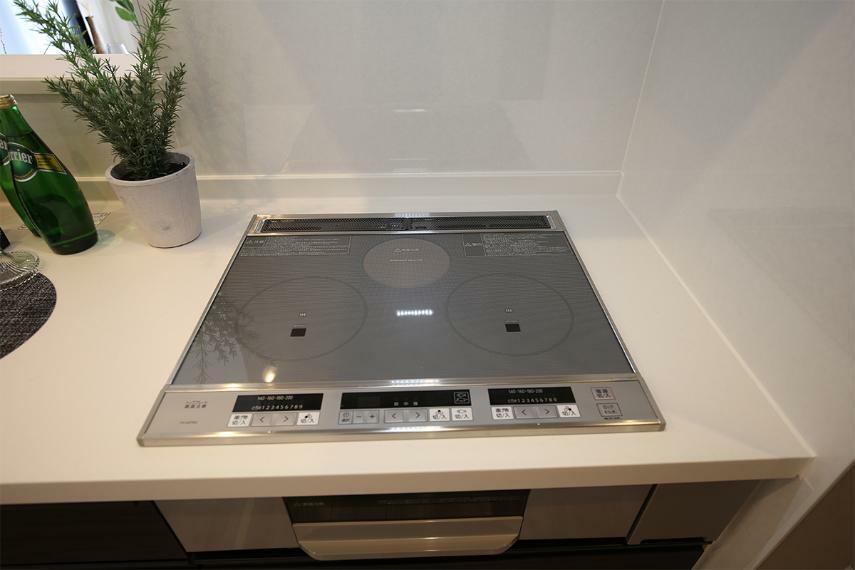 キッチン 【IHクッキングヒーター】 IHクッキングヒーターなら、燃焼による汚れなしで、トッププレートをサッと拭くだけでお掃除もしやすく、快適です。