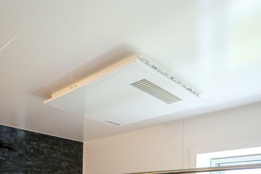 浴室 【浴室暖房乾燥機】 換気・乾燥・暖房・涼風などの機能を備えた浴室換気乾燥機。雨天時の洗濯物乾燥にも役立ちます。