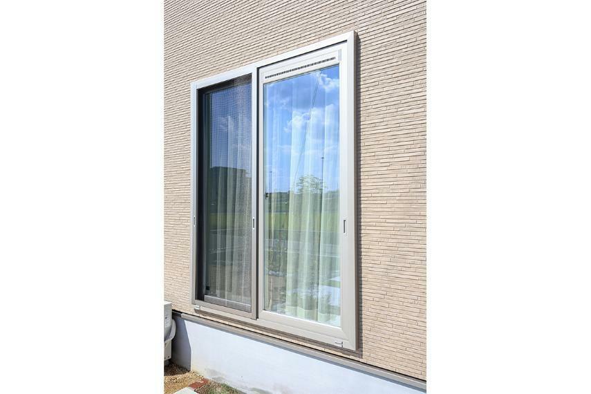【アルミ樹脂複合サッシ】 アルミ×樹脂で、外気の影響を受けず室内の温度を逃がしません。また断熱性に優れ結露の発生も軽減できます。