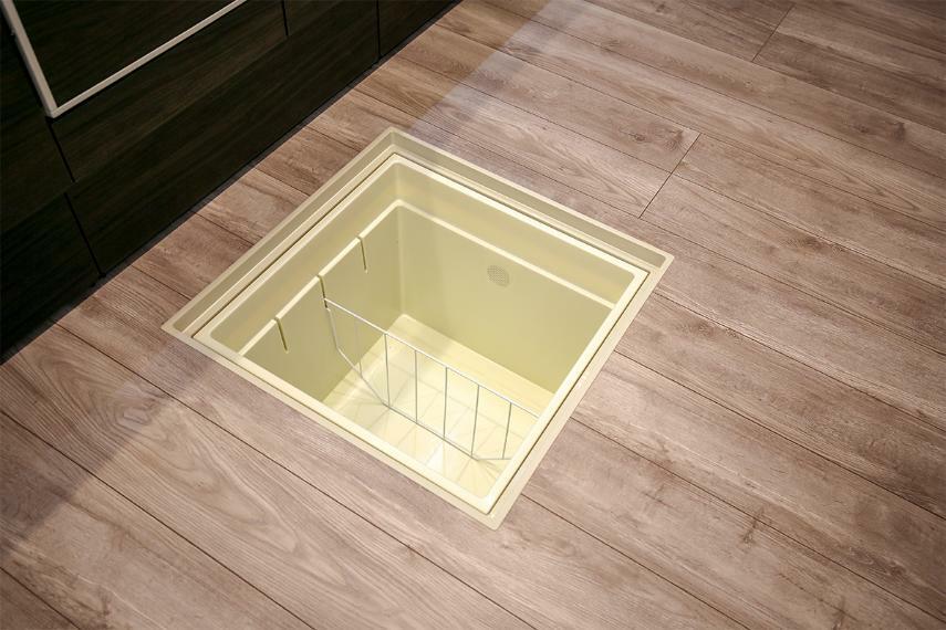 キッチン 【床下収納(キッチン・洗面室)】 キッチンの床下収納には、お酒や油、缶詰などのストック品を。洗面室には洗剤や入浴剤など収納できます。