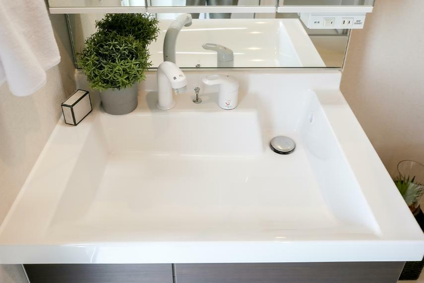 洗面化粧台 継ぎ目がないボウル一体型のカウンターを採用。汚れが付きにくく、毎日のお手入れも簡単です。