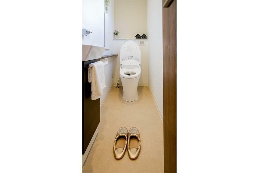 トイレ トイレ手洗いカウンター(1階)  手洗いがしやすく、小物が置けるカウンター付き。季節に合わせて植物や小物を飾るなど、楽しみ方も広がります。