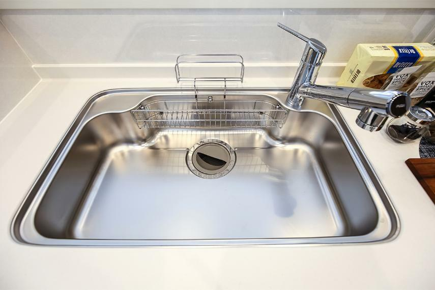 キッチン スキットシンク  シンク奥に汚れた水をとらえる幅広の段差を設けたナイアガラフロー方式を採用。汚れを広げずお手入れがラクに。