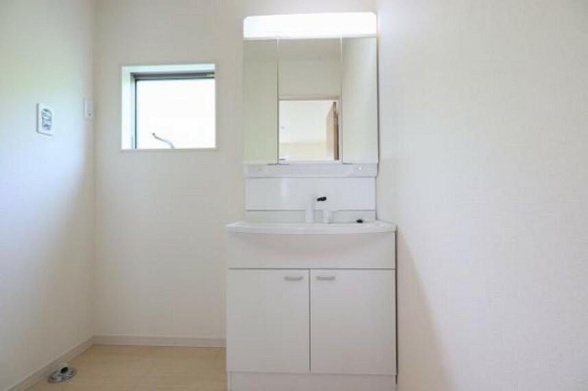 同仕様写真(内観) \同仕様写真/曇り止めヒーター付きのミラーキャビネットを採用しております。ミラーの内側がすべて収納スペースになっているので、スタイリング剤や歯ブラシなどの収納に便利ですね。