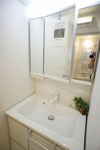 洗面化粧台 清潔感のある快適空間です。毎日の身支度も気持ち良くお使い頂けます。