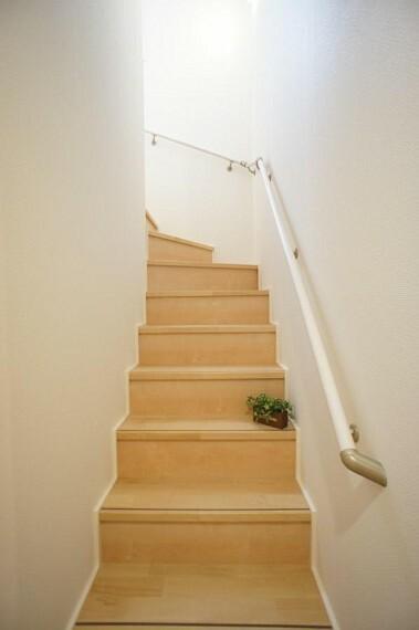 安全に配慮し階段には手すりを設置