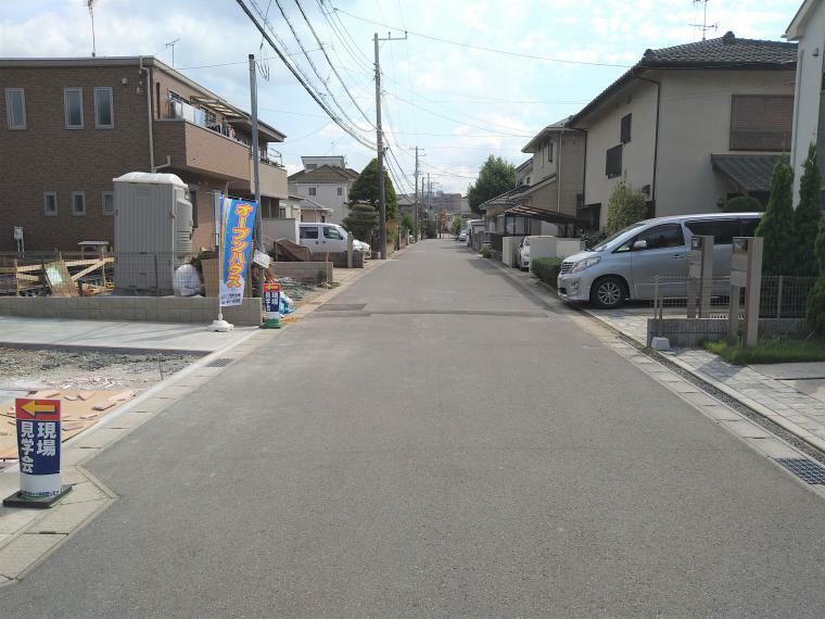 現況外観写真 接道している道路は6mで広々しております。閑静な住宅街ですので、大変静かで住環境も良好です。