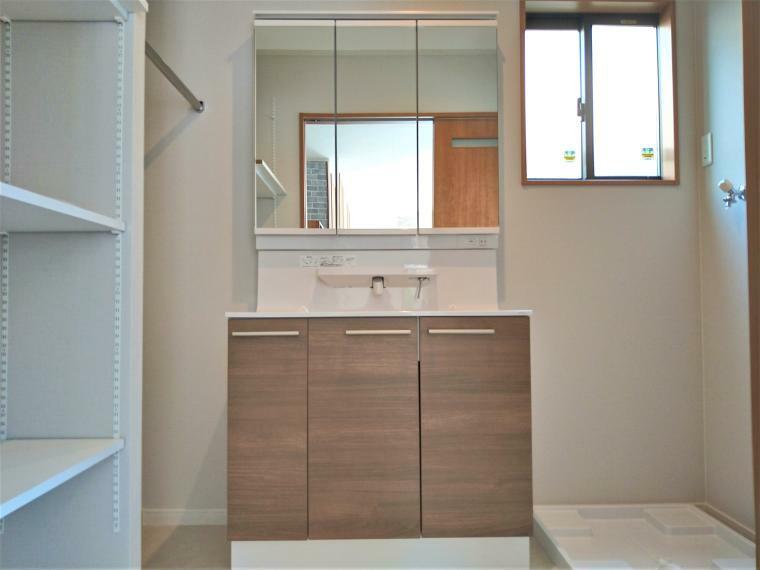 洗面化粧台 洗面台は、3面鏡にLED照明、シャワーヘッド水栓と使い勝手のよい仕様です。