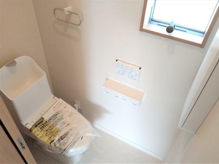 トイレ 1階・2階ともウォシュレット付きトイレです。タオルリング、替えのペーパー、小物を収納できる便利なサニタリー収納もございます。
