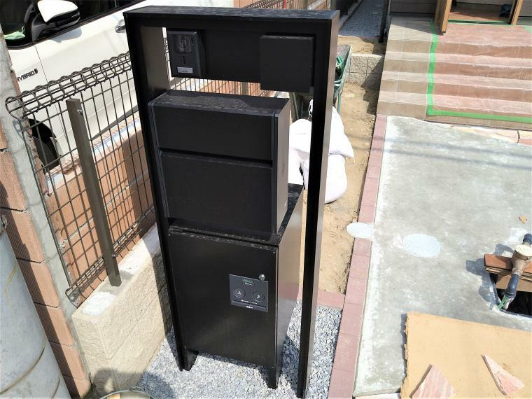 玄関 玄関ポストには、不在の際にも荷物を受け取れる宅配BOX付きです。