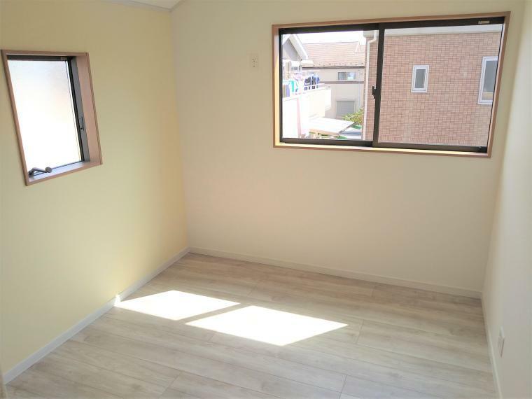 洋室 2面採光は風通り、明るさも確保できますので、快適にお過ごし頂けます。