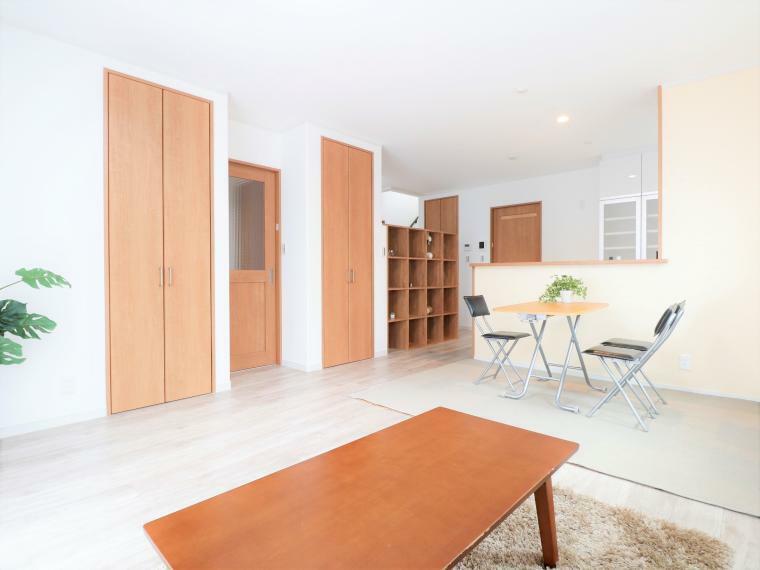 リビングダイニング LDKには足元からお部屋全体を温めてくれる、2面切り替え可能なガス温水式床暖房がございます。家族が集まるLDKは、南向きで明るく、収納も豊富です。