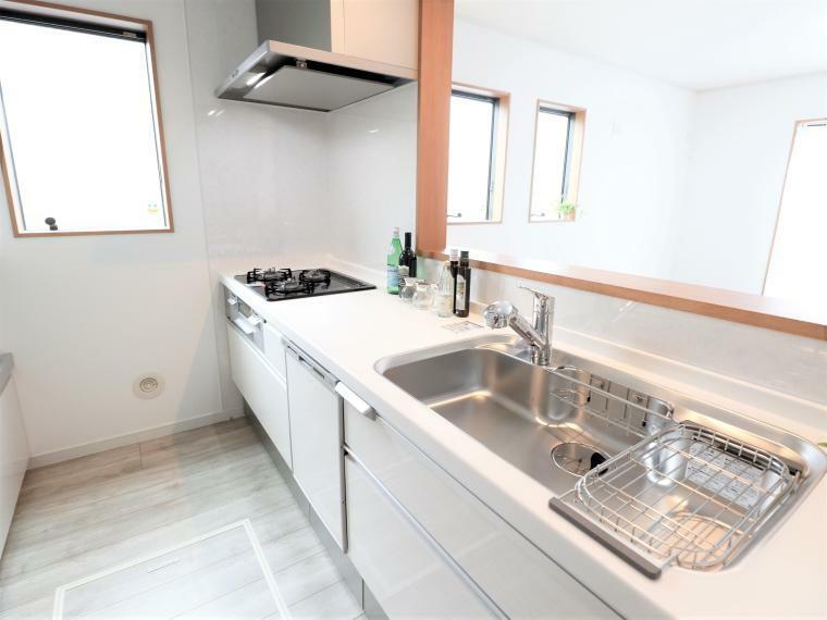キッチン キッチンには食洗器・浄水器・汚れの付きにくいガラストップコンロと充実!引き出しは一部を除きソフトクロージング機能の優しい仕様です。