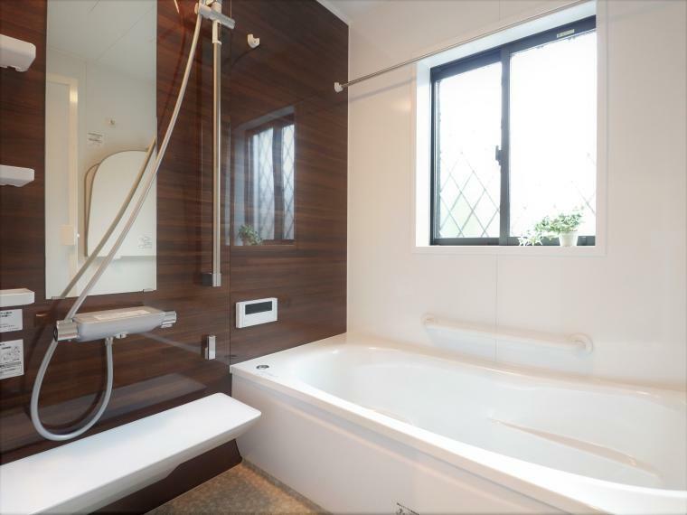 浴室 浴槽は手入れがしやすく、清潔感のある人造大理石が標準仕様の浴室。梅雨や冬場に活躍する暖房換気乾燥機や手すりなども付いた快適な浴室です。
