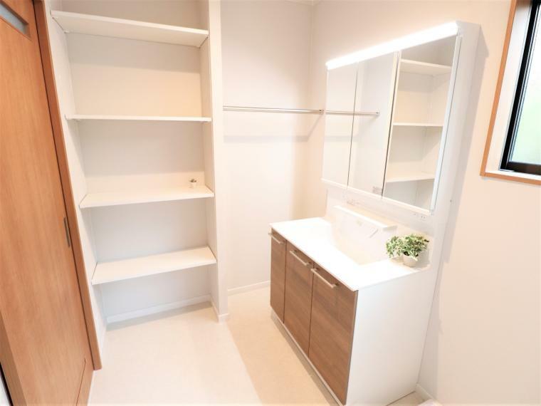 脱衣場 洗面所を使い勝手良く広くとり家事の効率化を考えました。可能棚収納も付いて収納面も安心です。