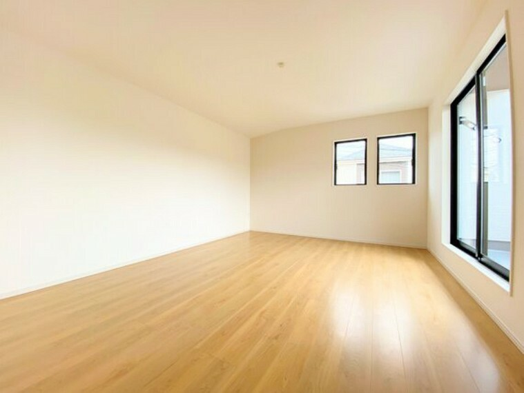 寝室 バルコニーに面した大きな窓から日差しが差し込む10.5帖の主寝室。