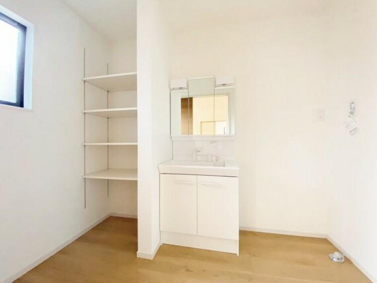 洗面化粧台 脱衣所には収納棚を設置。タオルや洗剤など沢山収納できます。