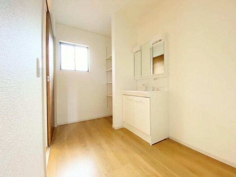 脱衣場 ウッディ調の洗面ルームは、明るくナチュラルなスペースに仕上がりました。