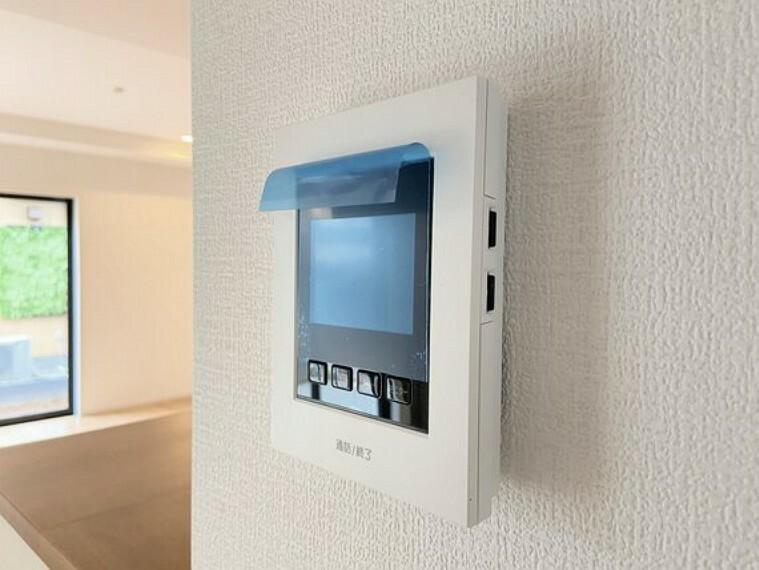 TVモニター付きインターフォン お子様の留守番時にも安心の、TVモニター付きインターホン。