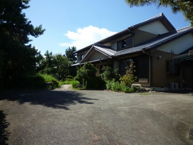 外観写真 大家族や二世帯向けにオススメの11LDKの邸宅。角地ため、開放感も良好です。