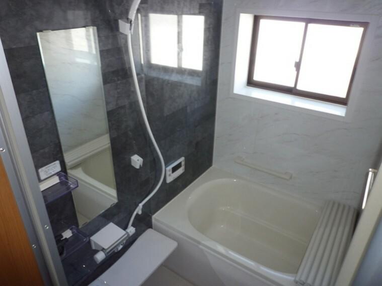 浴室 窓付きのため換気しやすく、日差しも取り入れられる浴室。