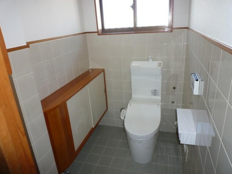 トイレ 窓から明かりが射し込むトイレ。