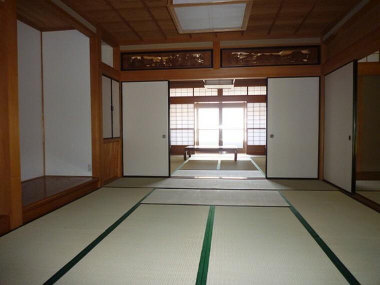 床の間付きの情緒漂う和室。
