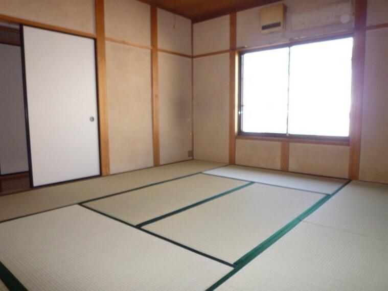 しっとりと落ち着いた雰囲気の和室。