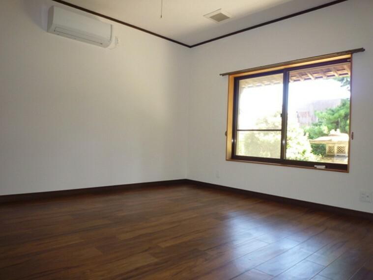 家具のレイアウトもスッキリおさまりの良い、スクエアな空間を演出する洋室。