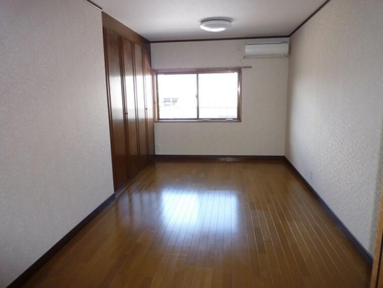 ゆったりと入る収納を備え付けた洋室。