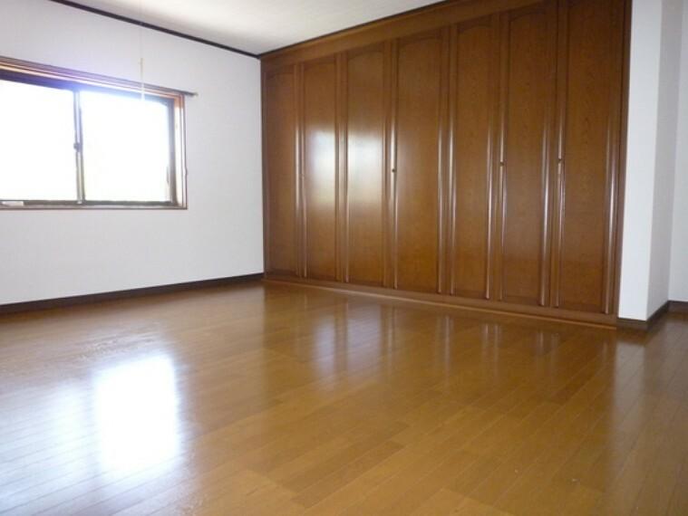 収納もしっかりついた洋室。物は仕舞って部屋はスッキリ。