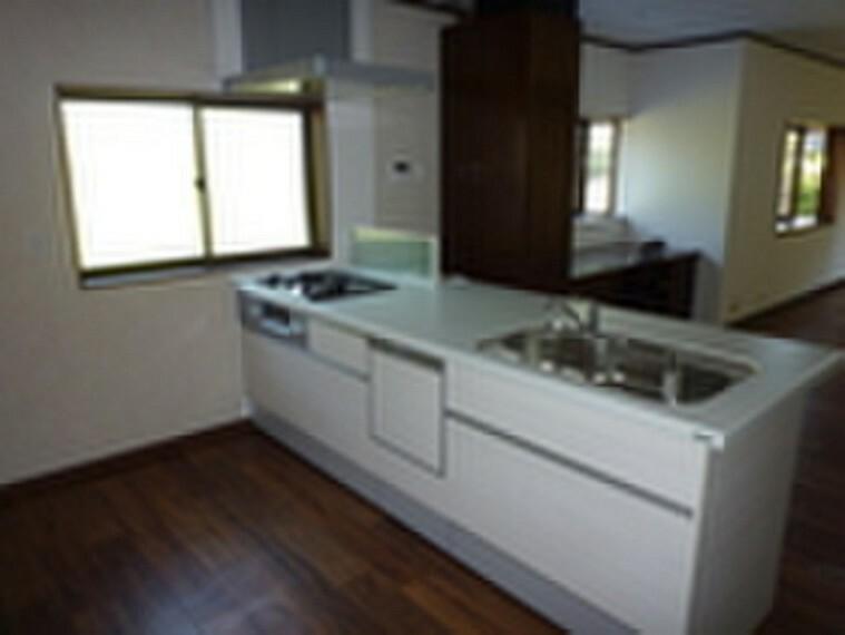 キッチン お料理や洗い物中でもリビングの様子が見られる対面式キッチン。