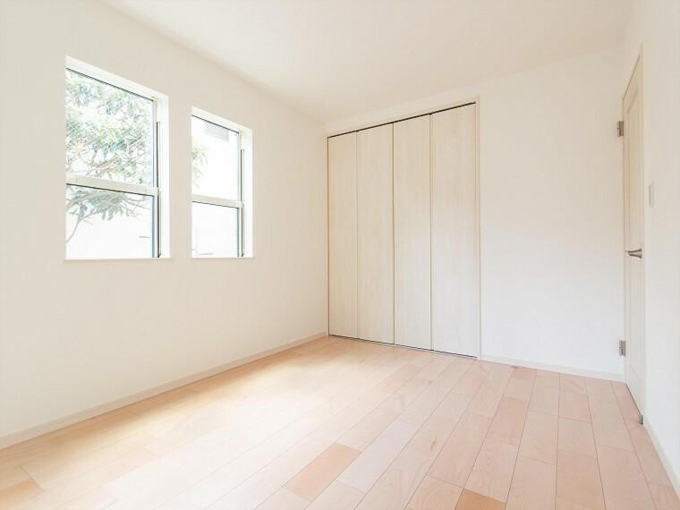 寝室 一日の疲れをいやしてくれる寝室。大きな窓からたっぷりと陽光が注がれる明るい空間。