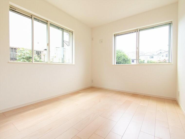 洋室 2面採光の居室は快適な光を取り入れ、心地よい風を取り入れます。収納スペースもあり、生活しやすい居住スペースです。