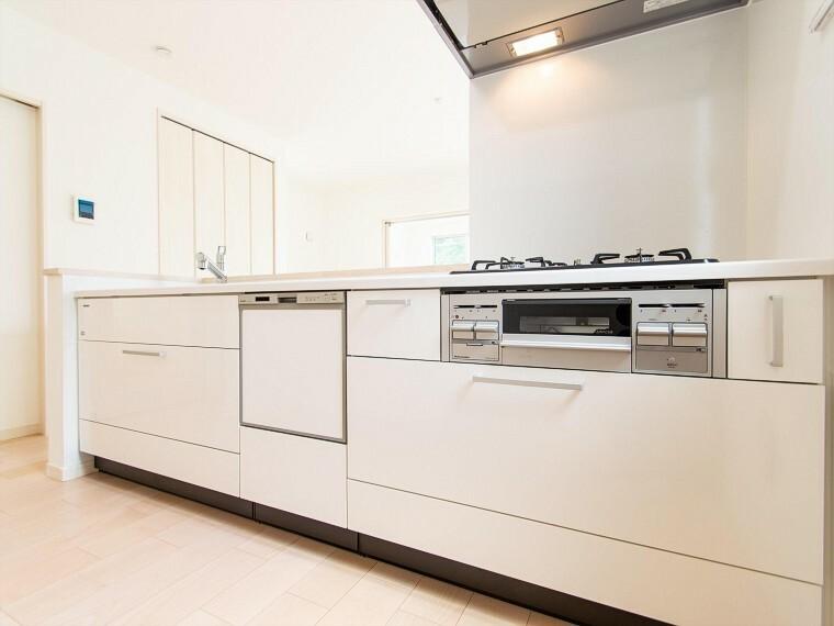 キッチン 洗い物の時間を短縮できる食器洗浄乾燥機付。