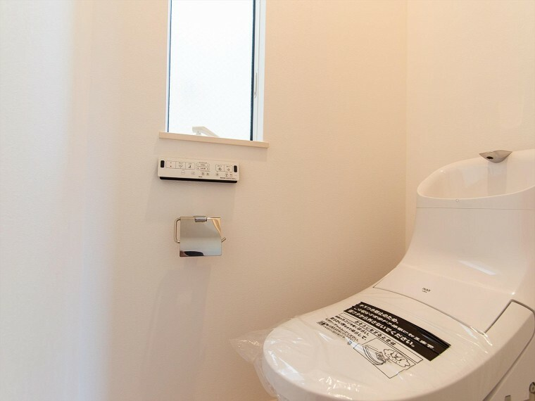 トイレ トイレはシンプルにホワイトで統一。多機能型の温水洗浄付きトイレを標準設置しています。