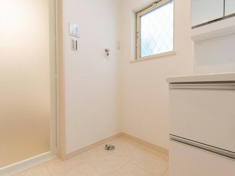 ランドリースペース 小窓が設置され、湿気がこもりやすい室内の換気・採光に配慮されています。
