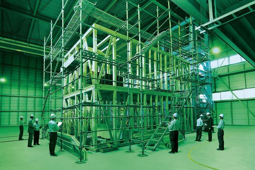 構造・工法・仕様 【全棟構造計算を実施】  現行の建築基準法では免除されている2階建木造住宅での全棟構造計算を実地しています。全棟「耐震等級3相当」を確保した上で、1邸ごとに居住性・快適性・デザイン性を備えた間取設計を行っています。