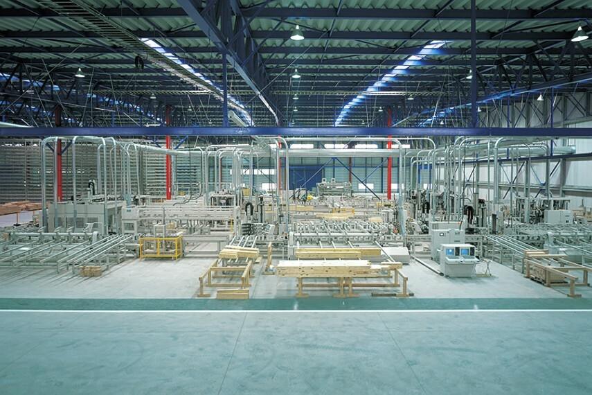 構造・工法・仕様 【自社プレカット工場】  生産量・品質において「日本最大最新鋭のプレカット工場」で、難しく複雑な加工もコンピュータで制御しながら正確にカッティングされた高品質な木材を使ってポラスの安全な家はつくられています。