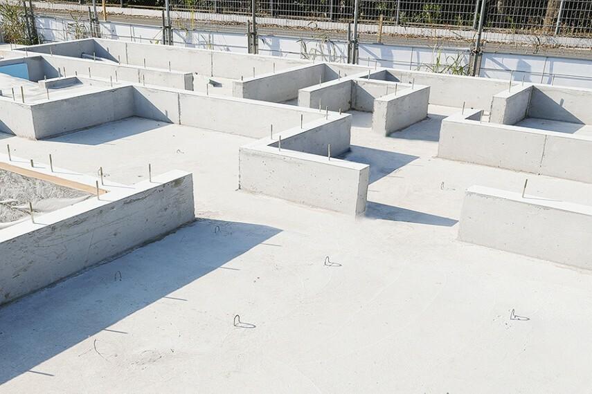 構造・工法・仕様 【防湿ベタ基礎】  ポラスでは200mmの網目に組んだ鉄筋に厚さ170mmのコンクリートを流し込み、大地に住宅全体を密着、一体化するための頑丈な基礎幅150mmのベタ基礎を実現。