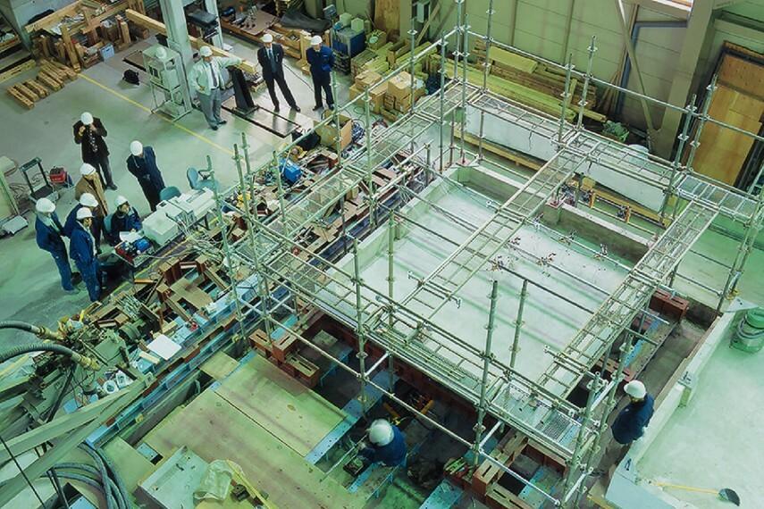 構造・工法・仕様 【防湿ベタ基礎研究】  ポラス暮し科学研究所では、東京大学・熊本県立大学との産業協同研究プロジェクトで、実大ベタ基礎の性能評価実験を実施。ポラスの防湿ベタ基礎は、家の荷重に対して2倍以上の余裕があることが実証されました。