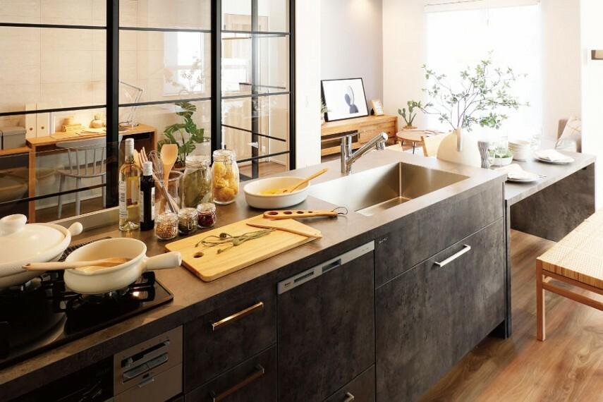 キッチン/TJMデザイン  リビング、ダイニング、キッチンを、分けて考えるのではなくひとつの空間としてコーディネート。デザイン性を重視したキッチンはまるで家具のような佇まいで空間に馴染みつつ、暮らしの真ん中で美しい存在感を惹き立たせます。