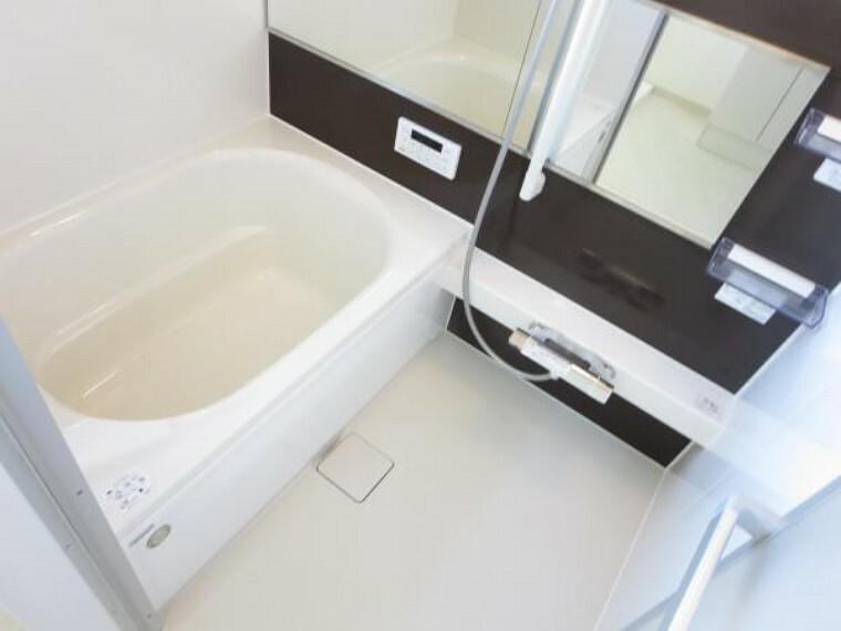 浴室 【リフォーム済】浴室はハウステック製の新品のユニットバスに新品交換。浴槽には滑り止めの凹凸があり、床は濡れた状態でも滑りにくい加工がされている安心設計です。