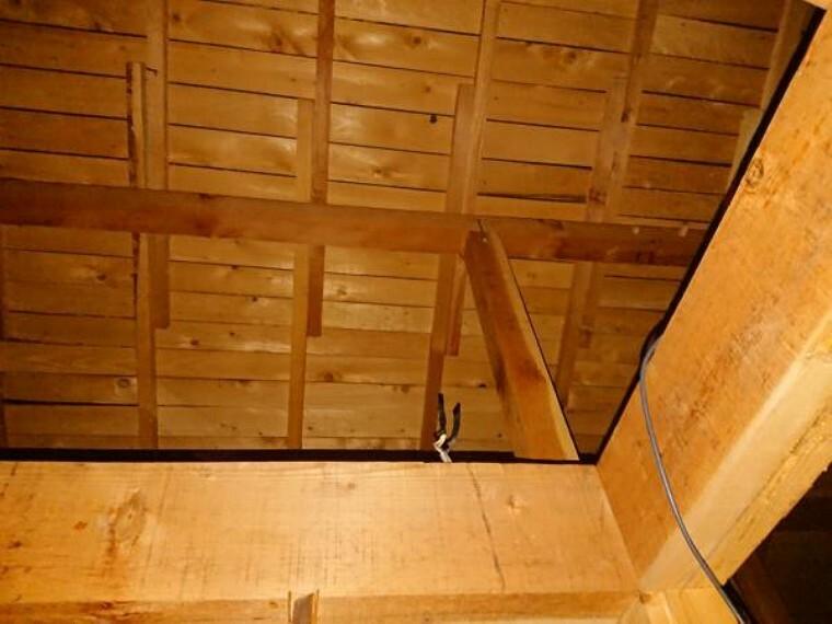 構造・工法・仕様 中古住宅の3大リスクである、雨漏り、主要構造部分のは、弊社が引き渡しから2年間保証します。その前提で屋根確認の上でリフォームしています