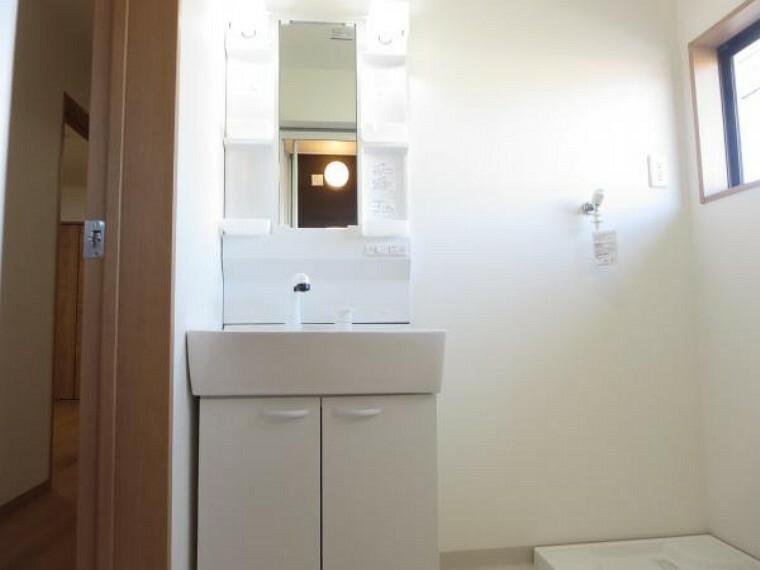 洗面化粧台 【リフォーム済】洗面化粧台はハウステック製の新品化粧台に交換しました。洗面ボウルは洗顔・洗髪はもちろん、つけ置き洗いにも使えます。洗濯機置き場も確保しています。
