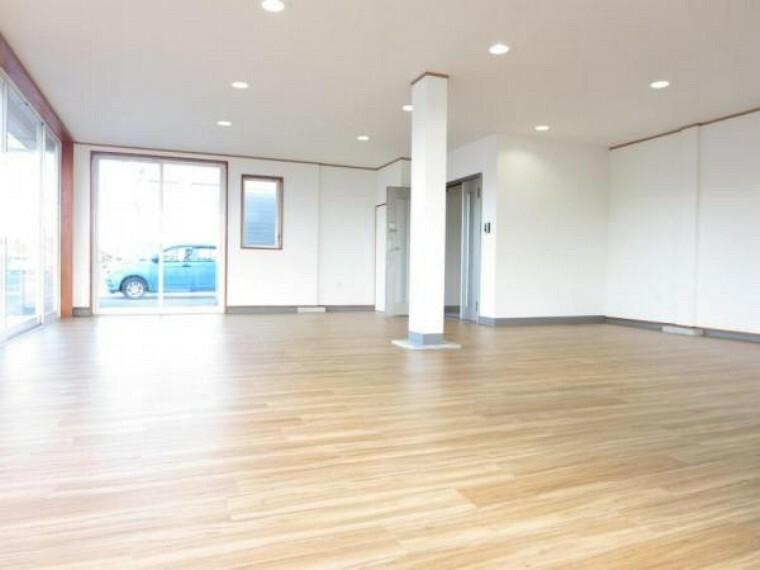 【リフォーム済】1階フリースペースは壁・天井クロス張替え、床はクッションフロアを張りました。店舗やガレージ等様々な用途にお使いいただけますよ。