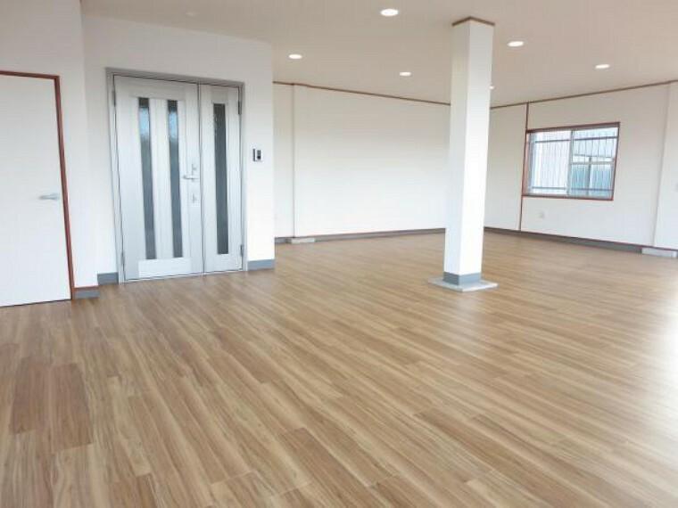 【リフォーム済】住居スペースの玄関へはフリースペースからアクセス。玄関ドア、インターホンは新品交換。玄関左横は収納スペースを設けました。