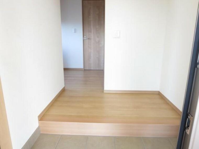 玄関 【リフォーム済】住居スペースの玄関ホール。床のタイルは全面張替えました。その他、框、廊下フローリング、クロスも全て張り替えています。