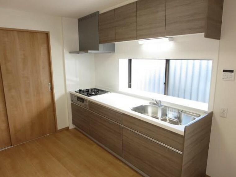居間・リビング 【リフォーム済】1階9帖LDKは南側に開口があり、陽当たり、風通しともに良好です。明るいキッチンスペースで気持ちよくお料理が出来ますね。