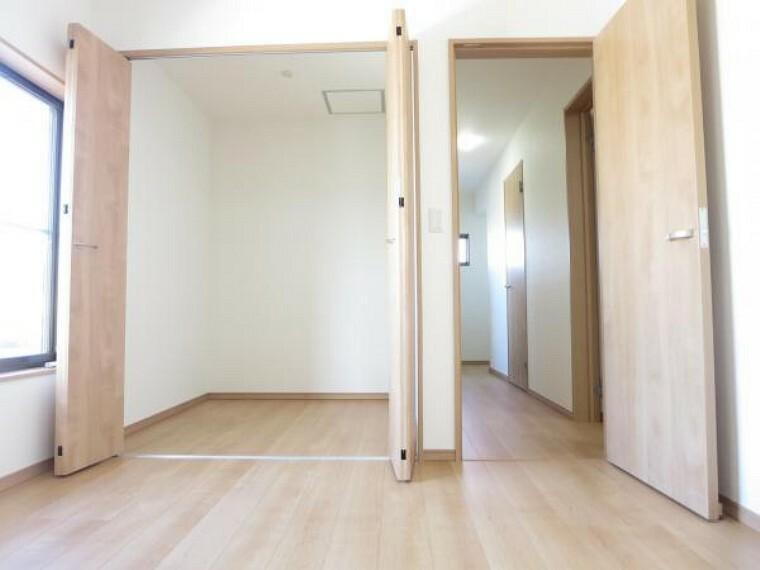 収納 【リフォーム済】2階北西側6帖洋室には約2帖の納戸付き。広さ、高さとも十分ですので中に収納棚を置くなど自由にレイアウトして使うことができます。荷物の多い方も安心ですね